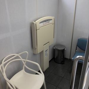椅子がふたつ、オムツ変え台一台。ベビーカーで入ると1組が限界ですがゴミ箱も完備されていました。