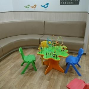 オムツ台の脇の遊ぶスペース