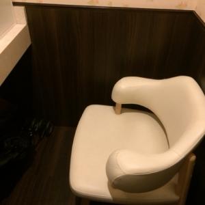 入って右側に椅子があります