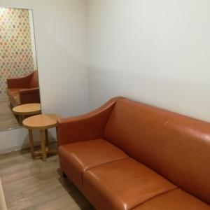 個室の1つはソファがあります