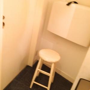 女子トイレの中にオムツ交換台と小さい椅子があるだけですが、キレイです。狭いのでベビーカーは入れないと思います。店内で授乳ケープで授乳してるママさんが多いようで、あまりこちらはみなさん使用しない雰囲気でした。