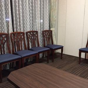 控え室。テーブルと椅子のみ。エアコンで暖かい。