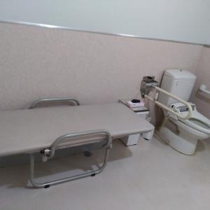 ユニバーサルトイレ内ベッド、ゴミ箱