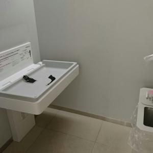 女性トイレ内のオムツ交換台