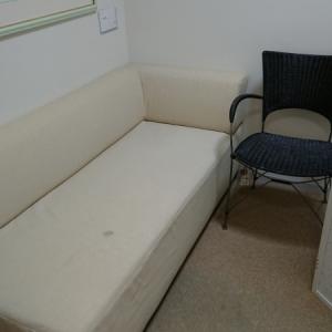 入って右側のソファー