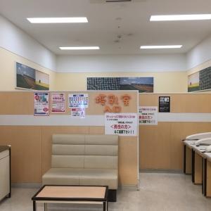 授乳室からは女性限定です。半個室が3部屋、広めの部屋(長いソファが向かい合って二脚)が1部屋あります。その手前(写真で見えている部分)にソファー二台とおむつ台があり、そこは男女問わず使用可能です。