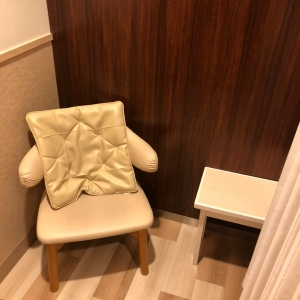 個室の授乳室 椅子と小さな机あり