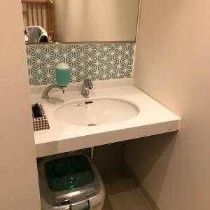 二階授乳室内の洗面台。オムツ用ゴミ袋とゴミ箱があり。