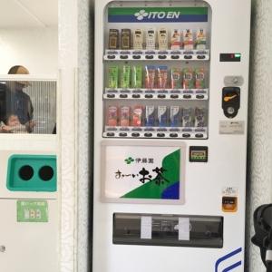 入ってすぐに自動販売機があります