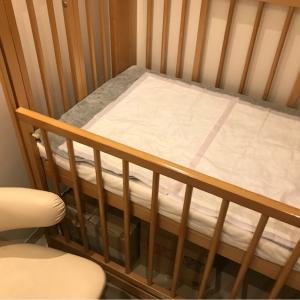 二階授乳室のベビーベッドには防水シートとタオルが敷いてありました。清潔でした。