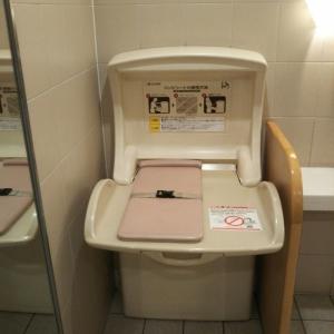授乳室と同フロアにある女性トイレ内のオムツ交換台です。