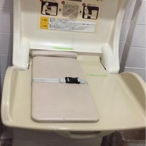 女子トイレ内にオムツ交換台があります