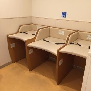 オムツ替えベッドは3台。使用済オムツを入れるビニール袋あります。