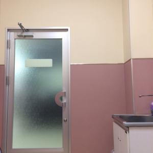 授乳用の椅子に座ったら目の前がすりガラス。廊下から授乳している様子が丸わかり。