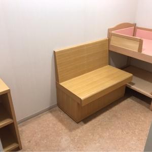 授乳室2。ベンチと棚とオムツ台がある。