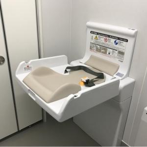 玄関入ってすぐ右にトイレがありましたが、暖房が効いてて暖かかったです!オムツを捨てるゴミ箱はなく、ナプキン用の小さいゴミ箱のみでした。