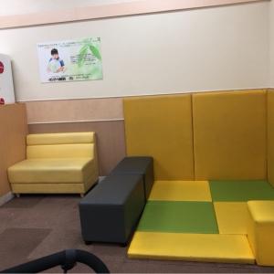 小さい頃キッズスペースやベンチ3つ、テーブル1つ(椅子4つ)あります。