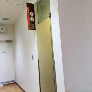女性トイレ入ってすぐに個室授乳室があります。トイレ外にはソファもあり家族が待つことができました。