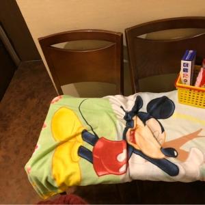 椅子を二つ並べただけのオムツ交換台でした。