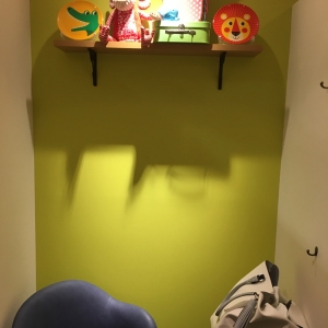 棚以外にも壁にフックがあり荷物を掛けられます。