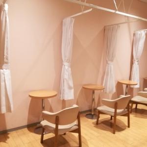 授乳室の中。カーテンで仕切れるタイプ
