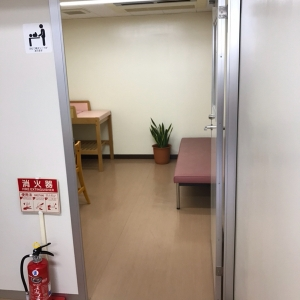 授乳室というには広いスペースなので、授乳時1人で使用するのが申し訳ない位です。オムツ替えだけなら扉空けたままでも良さそう。