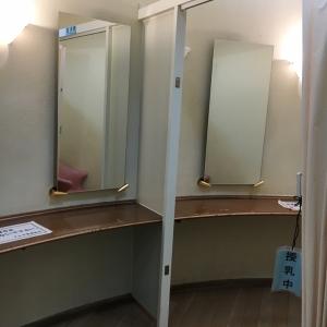 奥が授乳室でカーテンの仕切り。中は椅子と机が1セットあり