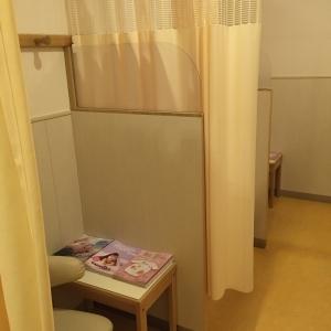 授乳室。3つのスペースにカーテンで仕切れます。