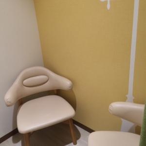 授乳室に椅子が2つ