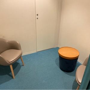 授乳室に椅子は2つ。肘掛が低く少し授乳しづらいです。