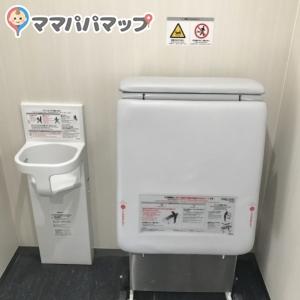 正門側駐車場 多機能トイレのオムツ替え台情報 画像4