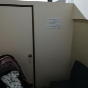 授乳室の中。空いてればベビーカーで入れます