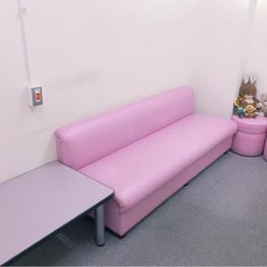 長いソファーと広いテーブル