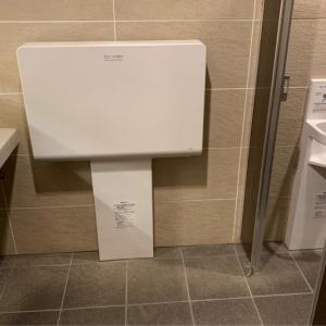 女子トイレの中におむつ台があります。