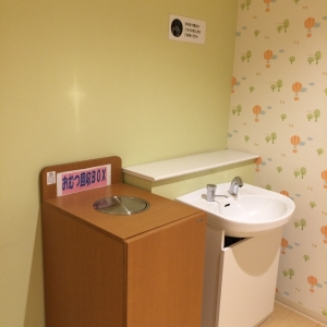オムツ用ゴミ箱と手洗い用シンク。