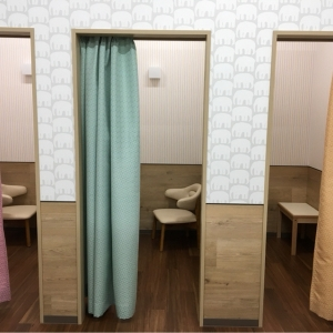 授乳室は全部で4つあり、全ての個室に椅子とテーブルが完備されています。
