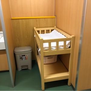 産婦人科外来奥の女子トイレにオムツ替え台とゴミ箱があります。