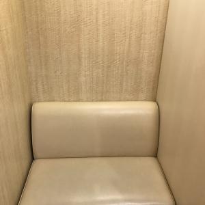 入り口すぐの椅子