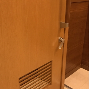 扉は簡易的な鍵があります(内側からの写真)