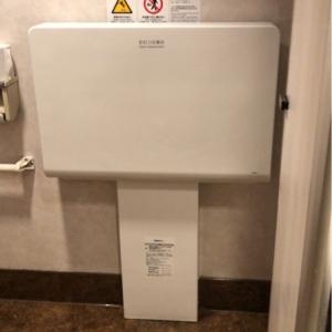 女子トイレにオムツ台あります。しかし個室が1個しかないので混み合ってる時は気まずいかもしれないです。