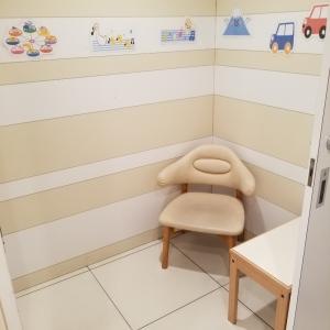 授乳室内です。ベビーカーも入れるスペース/鏡有り/鍵有り(ドアに使用有無の札有り)