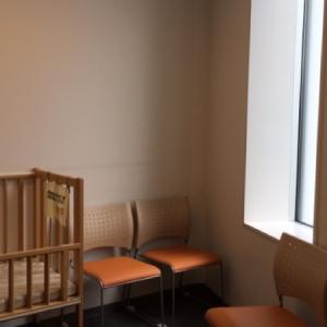 女性のみが入れる授乳室内にベッドが1台、椅子が8脚あります。