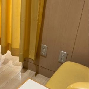 授乳室内。どちらも黄色ベースの室内。左側は椅子がふたつあり