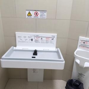 多目的トイレの中に、オムツ台とチェアあり。