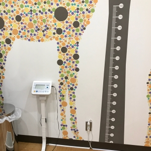 大人も測れるタニタの体重計。子供を抱っこしたまま測れます。身長計もあります。