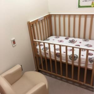 授乳室にベビーベッド2台、ソファ2脚、カーテンで仕切りがあるので安心して過ごせました。