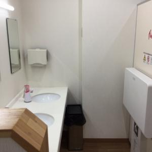 女性トイレ内の洗面台横に設置されてます