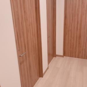 個室が4部屋あります。(途切れてますが手前に1つ部屋があります)