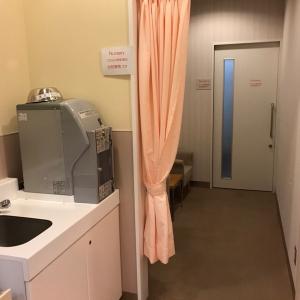 奥が授乳室。手前に椅子が2個あってそこでも授乳可能です。