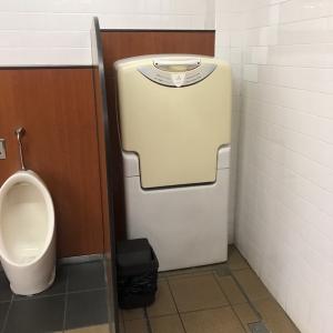 女性トイレのオムツ替え台です。清潔に清掃されています。扉がないので寒い季節は寒そうです。